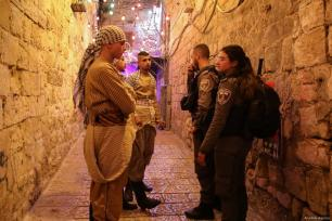 Palestinian volunteers trying to continue Ramadan drum tradition in despite of Israeli polices' pressure, talk to Israeli forces during Muslims' holy fasting month of Ramadan in East Jerusalem's Old City on 15 May, 2019 [Faiz Abu Rmeleh/Anadolu Agency]