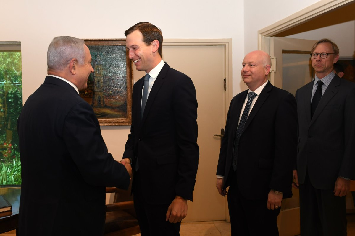 US president Donald Trump's senior adviser Jared Kushner (C) meets Israeli Prime Minister Benjamin Netanyahu (L) in West Jerusalem on May 30, 2019. [Kobi Gideon/GPO/Handout/Anadolu Agency]