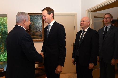 US president Donald Trump's senior adviser Jared Kushner (C) meets Israeli Prime Minister Benjamin Netanyahu (L) in West Jerusalem on May 30, 2019. [Kobi Gideon/GPO/Handout/Anadolu Agency]