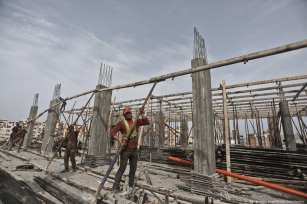 Gazans are seen working on a construction site on 1 May 2019 [Mohammed Asad/Middle East Monitor]