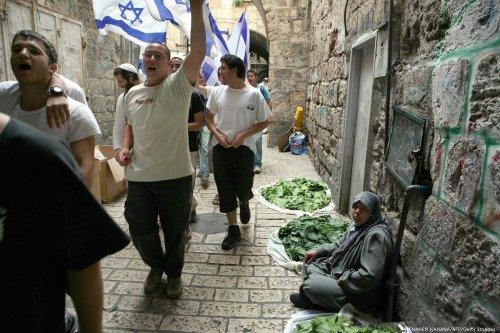 Israeli youths match through the Old City of Jerusalem holding the Israeli flag marking 'Jerusalem Day' on 16 May 2007 [MENAHEM KAHANA/AFP/Getty Images]