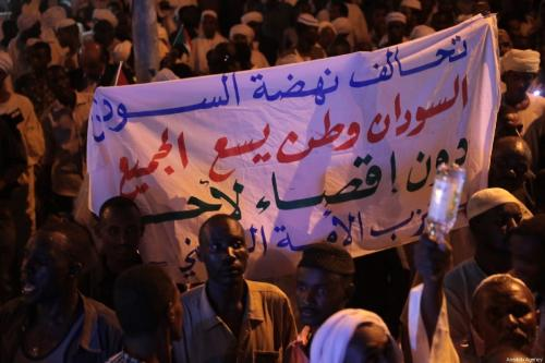 Sudanese people, member of Islamic groups, attend a march to demonstrate in support of transitional military council in front of presidential palace in Khartoum, Sudan on 31 May 2019. [Mahmoud Hjaj - Anadolu Agency]