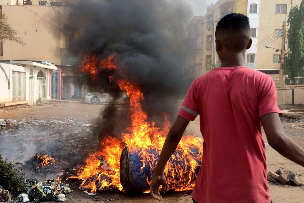 Sudanese protesters block main roads to army headquarters with burning tyres and pavers in Khartoum, Sudan on June 3, 2019. [Stringer - Anadolu Agency]
