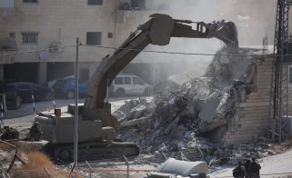 Israeli forces demolish a 2 storey building with bulldozers in East Jerusalem on 22 July 2019 [Issam Rimawi / Anadolu Agency]