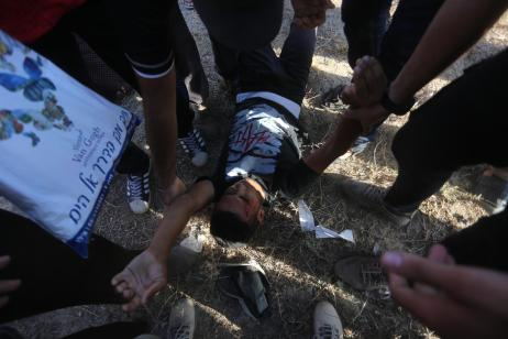 Israeli occupation forces shot and wounded 33 Palestinians near the separation fence in the east of the Gaza Strip on Friday 17 August, 2019 [Mohammed Asad/Middle East Monitor]