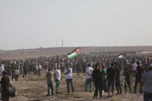Hundreds of Palestinians across the Gaza Strip head toward the security fence area to participate in the weekly anti-occupation protests known as the Great March of Return on 23 August 2019 [Mohammed Asad/Middle East Monitor]