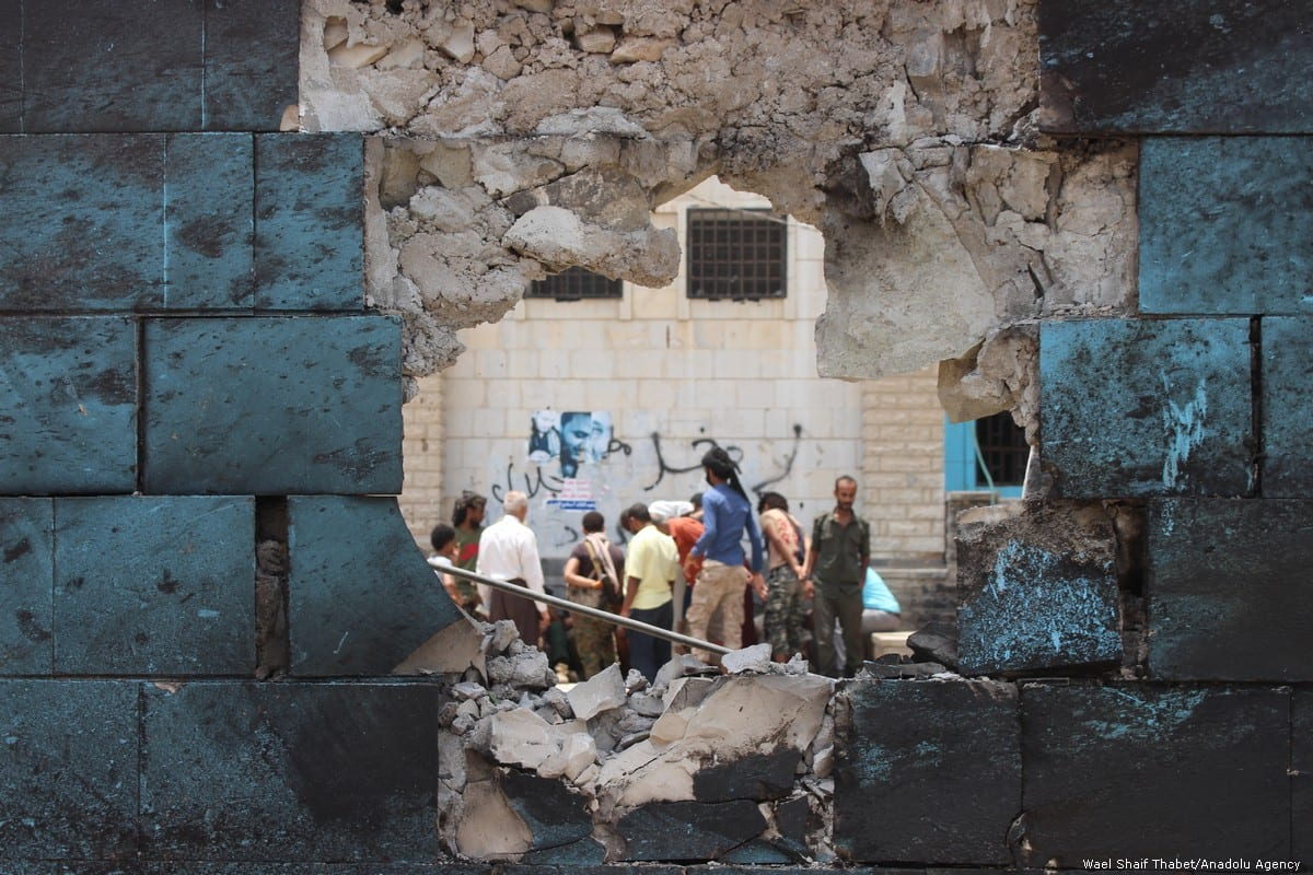 People inspect a damaged wall of a police station after a car bomb attack in Aden, Yemen on 1 August 2019 [Wael Shaif Thabet/Anadolu Agency]