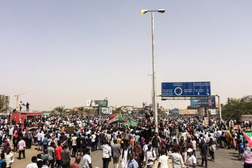 Sudanese people march towards military headquarters in Khartoum, Sudan on 11 April 2019 [Stringer/Anadolu Agency]