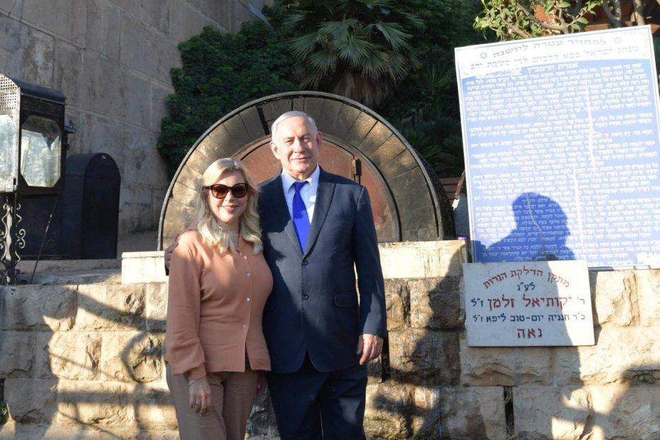 Israeli Prime Minister Benjamin Netanyahu (R) and his wife Sara Netanyahu (L) visit the Ibrahimi Mosque in the West Bank town of Hebron, on 4 September 2019 [Kobi Gideon/GPO/Anadolu Agency]