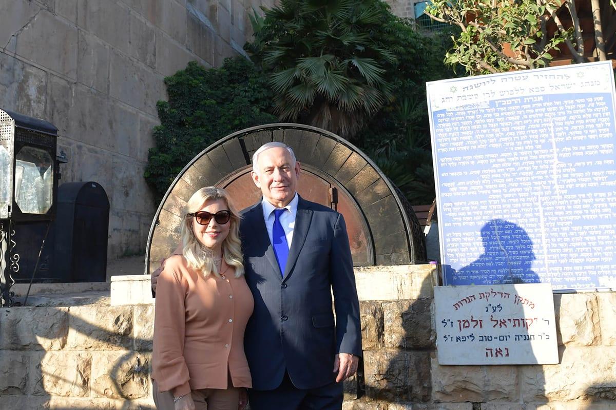 Israeli Prime Minister Benjamin Netanyahu (R) and his wife Sara Netanyahu visit Ibrahimi Mosque in Hebron, West Bank on 4 September 2019 [Kobi Gideon/Anadolu Agency]