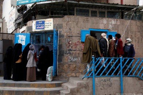 Yemenis wait to receive food in Sanaa, Yemen on 13 October 2019. [Mohammed Hamoud - Anadolu Agency]
