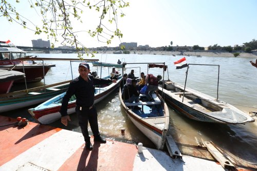 Protesters block Iraq port as strikes take hold