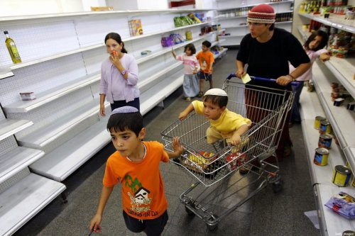 Settlers are buying goods in a supermarket in Neve Dekalim settlement in the Gaza strip, 10 August 2005. [NICOLAS ASFOURI/AFP via Getty Images]