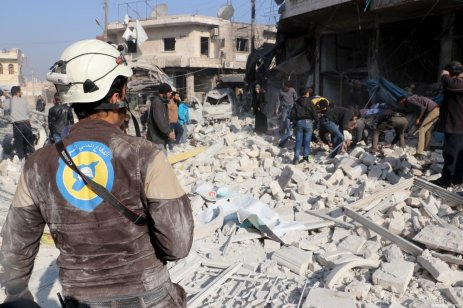 Civil defence crews and locals conduct search and rescue operations around wreckage of buildings after airstrikes carried out by Assad Regime over Saraqib district in the de-escalation zone of Idlib, Syria on 21 December 2019 [Hüseyin Fazıl / Anadolu Agency]