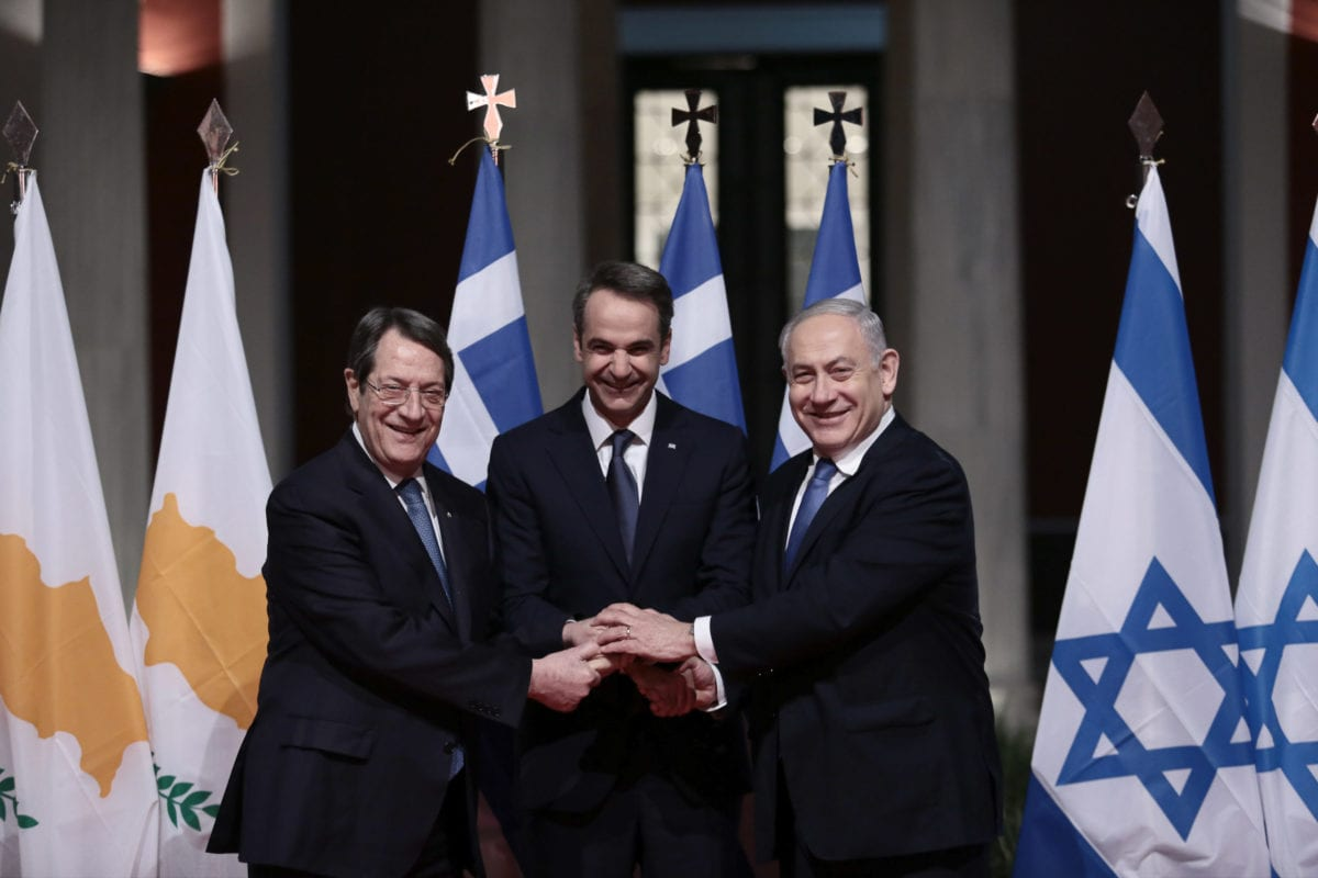Greek Prime Minister Kyriakos Mitsotakis (C), Greek Cypriot administration leader Nicos Anastasiades (L) and Israeli Prime Minister Benjamin Netanyahu (R) pose for a photo prior to the signing of the EastMed agreement in Athens, Greece, 02 January 2020. [Yiannis Liakos - Anadolu Agency]