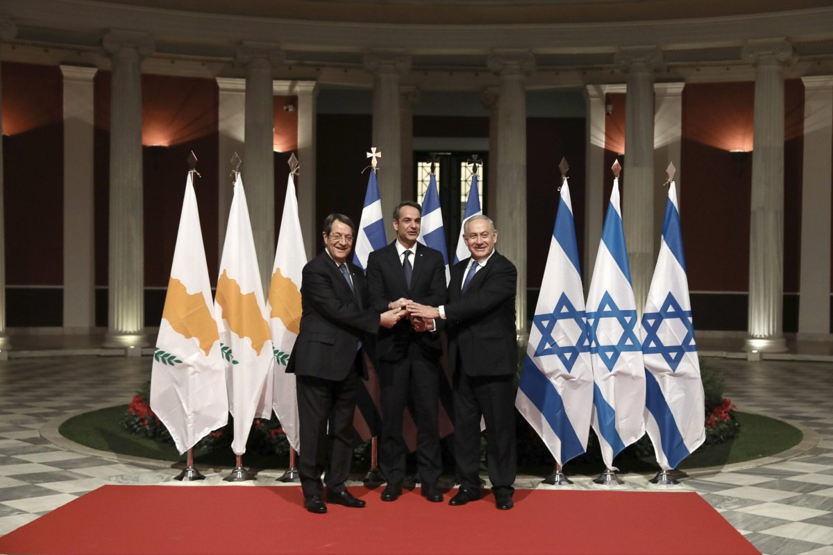 Greek Prime Minister Kyriakos Mitsotakis (C), Greek Cypriot administration leader Nicos Anastasiades (L) and Israeli Prime Minister Benjamin Netanyahu (R) pose for a photo prior to the signing of the EastMed agreement in Athens, Greece, 02 January 2020 [Yiannis Liakos/Anadolu Agency]