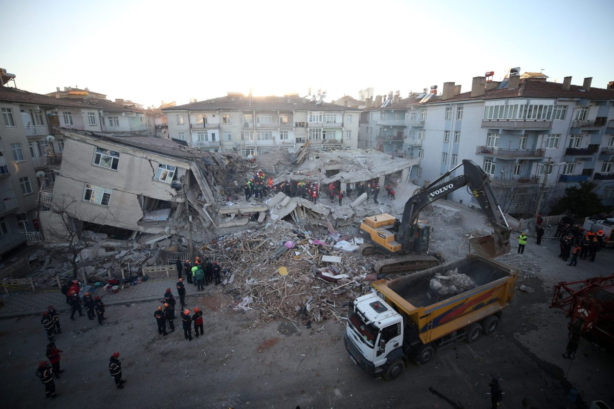 Rescuers search quake rubble in Sursuru neighborhood for survivors after a 6.8-magnitude earthquake jolted eastern Turkish province of Elazig on 25 January, 2020 [Sercan Küçükşahin/Anadolu Agency]