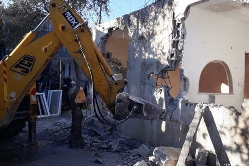 Israel forces Jerusalemite to demolish home on 6 January 20120 [Ma'an News Agency]