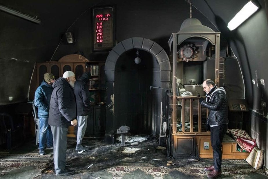 Settlers set fire to the Sharafat village mosque, south of occupied Jerusalem [Twitter]
