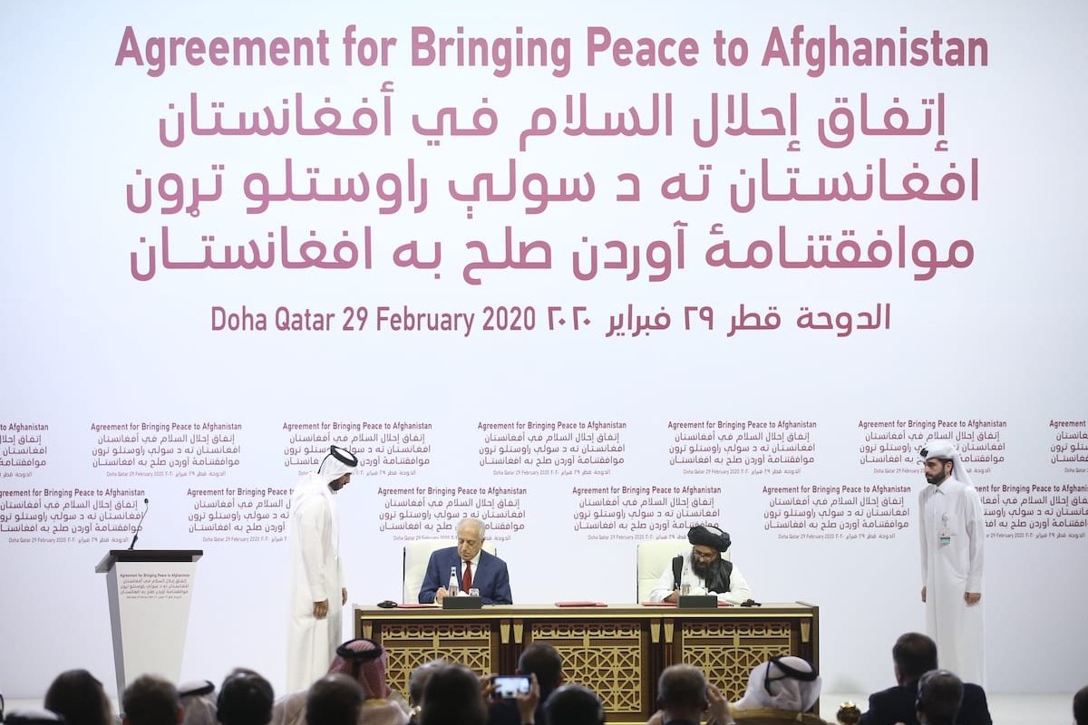 US Special Representative for Afghanistan Reconciliation Zalmay Khalilzad (L) and Taliban co-founder Mullah Abdul Ghani Baradar (R) sign a peace agreement between US, Taliban, in Doha, Qatar on 29 February 2020. [Fatih Aktaş - Anadolu Agency]