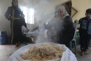 Palestinian women prepare make maftool, as part of a project to help widows in Gaza provide for their families, 26 February 2020 [Mohammed Asad/Middle East Monitor]