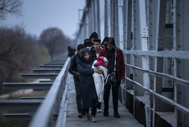 Asylum seekers, including Syrians, Afghans, Iranians and Uzbeks, move towards the border near Tundzha river to enter Greece in Turkey's Edirne on 5 March 2020. [Arif Hüdaverdi Yaman - Anadolu Agency]