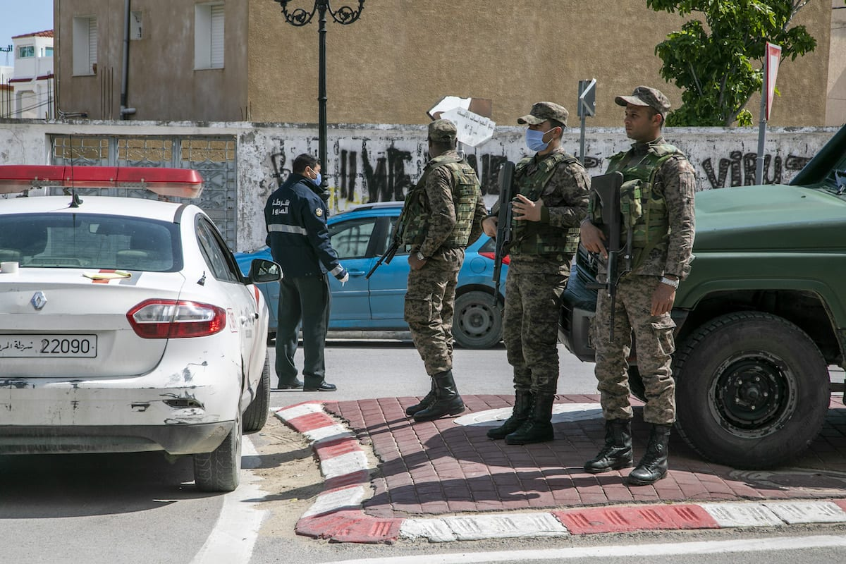 Tunisian security forces warn people as they take security measures on 28 March, 2020 [Nacer Talel/Anadolu Agency]