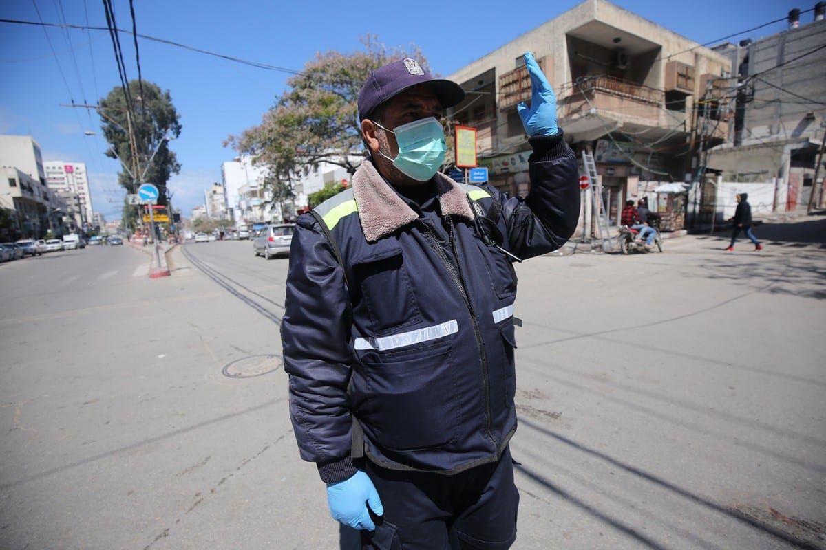 Citizens in Gaza start wearing masks and gloves, after declaring coronavrius cases on 22 March 2020 [Mohammed Asad/Middle East Monitor]