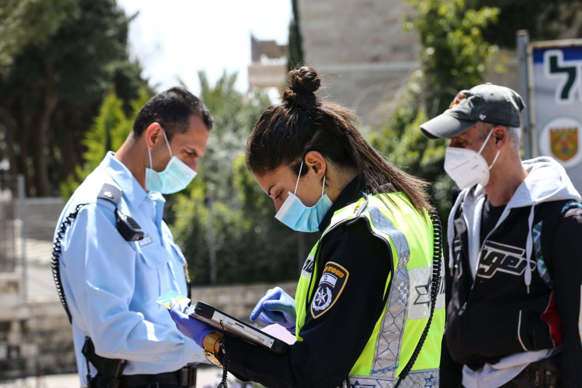 Israeli police check vehicles as part of coronavirus (COVID-19) measures in Jerusalem, on 3 April 2020 [Mostafa Alkharouf/Anadolu Agency]