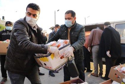 Palestinians distribute basic essentials for people in quarantine in Gaza, April 2020