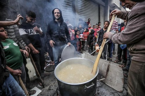 A Palestinian man makes soup to distribute it among families in need in time for iftar during Ramadan 2020 in Gaza City, on 27 April 2020 [Mohammed Asad/Middle East Monitor]