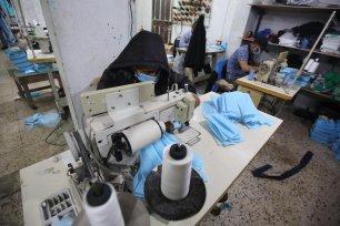 Gazans make millions of face masks for Europe [Mohammed Asad/Middle East Monitor]