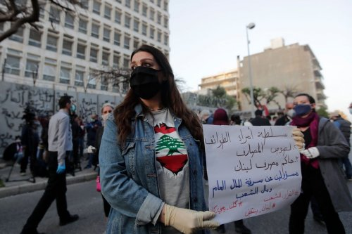 Lebanese protesters gather in front of the central bank building in Beirut amid an economic crisis on 23 April 2020 [ANWAR AMRO/AFP/ Getty Images]
