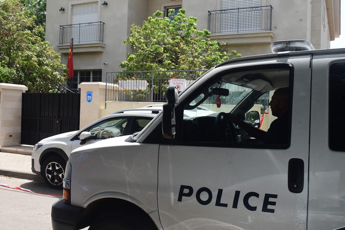 Police officers in a van in Herzliya, Israel on May 17, 2020. [Nir Keidar - Anadolu Agency]