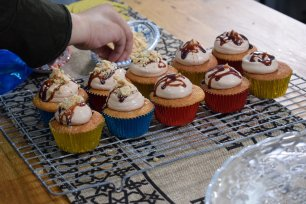 Cardamom and vanilla cupcakes with date and tahini frosting