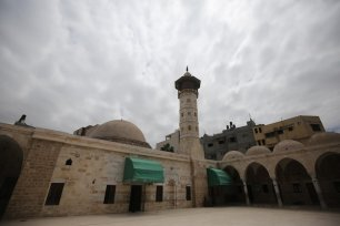 Worshippers are staying away from the usual congregational prayers during Ramadan to avoid the spread of COVID-19 in the Gaza Strip, 6 May 2020 [Mohammed Asad/Middle East Monitor]