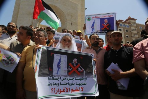 Palestinians gather to stage a protest against the Israel's annexation plan on 11 June 2020 [Abed Rahim Khatib/Anadolu Agency]