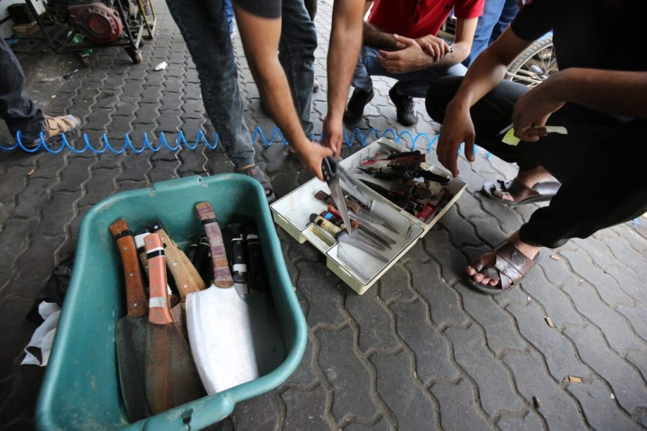 Palestinians sharpen knives ahead of the Eid sacrifice [Mohammed Asad/Middle East Monitor]