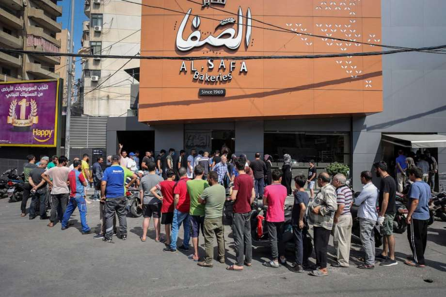 Crowds queue at a local bakery in Beirut, Lebanon on June 27, 2020 [Hasan Shaaban/Twitter]