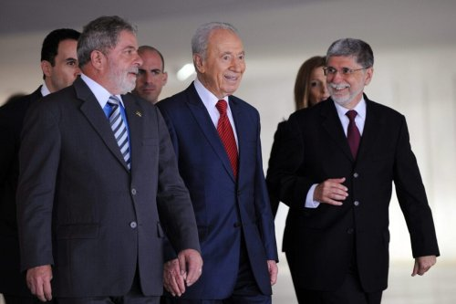 Israel's President Shimon Peres (C), Brazil's President Luiz Inacio Lula da Silva (L) and Brazilian Foreign Minister Celso Amorim are photographed during meeting at Itamaraty Palace in Brasilia, November 11, 2009. [EVARISTO SA/AFP via Getty Images]