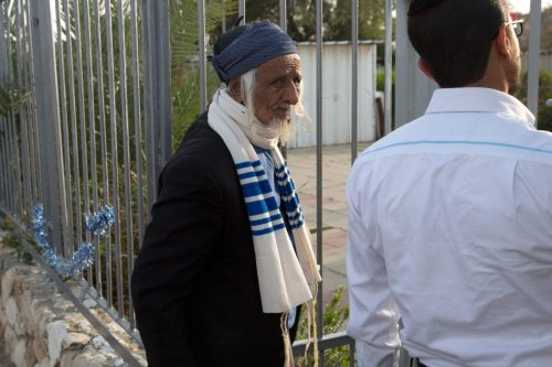 An elderly Yemeni Jew arrives at an immigration centre in the Israeli city of Beersheba on March 21, 2016 following a secret rescue operation to evacuate a group of 19 Jews from war-torn Yemen to Israel. [MENAHEM KAHANA/AFP via Getty Images]