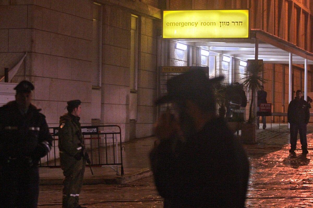 Israeli police guard Jerusalem's Hadassah Hospital 08 January 2006 [AWAD AWAD/AFP via Getty Images]