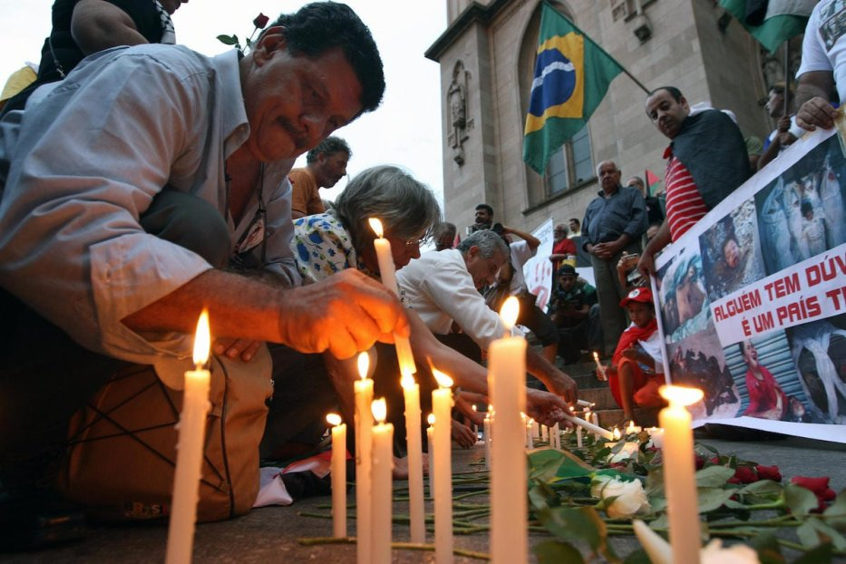 Demonstrators light candles in Sao Paulo on 16 January 2009, during a protest against Israel's military offensive in the Gaza Strip. [NELSON ALMEIDA/AFP via Getty Images]