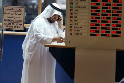 A man looks to exchange money at a bank in Manama, Bahrain 11 August 2010 [Joe Raedle/Getty Images]