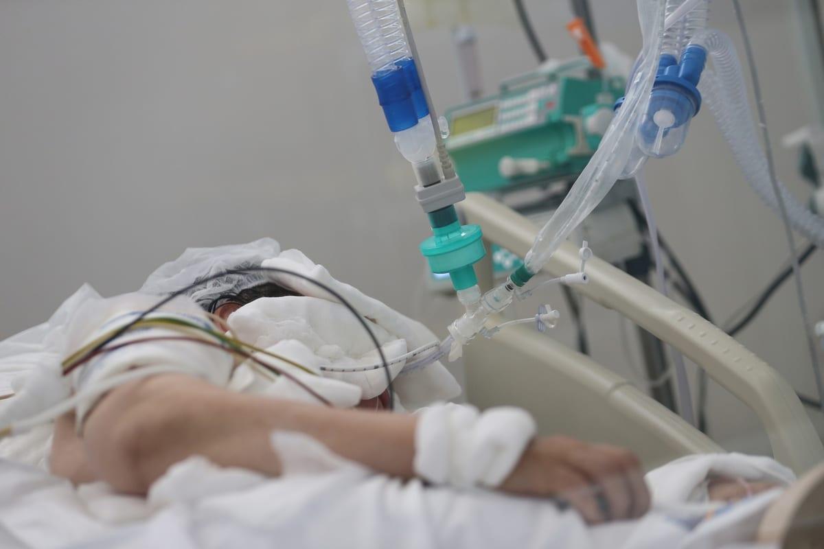 A patient infected with coronavirus (COVID-19) receives treatment in Akdeniz University Hospital in Antalya, Turkey on 9 September 2020. [Orhan Çiçek - Anadolu Agency]