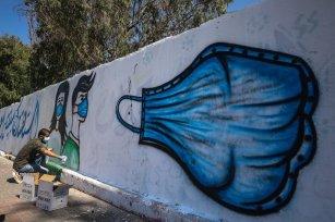 Palestinian artist paints graffitis to raise the awareness of public on coronavirus (Covid-19) pandemic in Deyr al Balah, Gaza on September 13, 2020 [Ali Jadallah - Anadolu Agency]