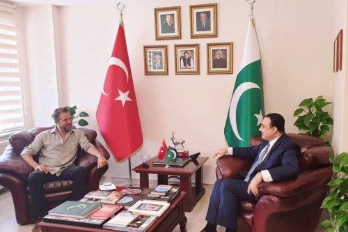 Turkish actor Engin Altan Düzyatan (L) and Bilal Khan Pasha, the Pakistani Consul General in Istanbul, 13 August 2020 [BilalKhanPasha/Twitter]