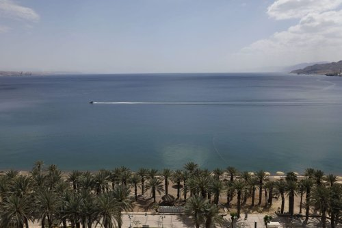 A picture shows the empty Red Sea shore in the southern Israeli resort city of Eilat on 17 April 2020 amid the coronavirus COVID-19 pandemic. [MENAHEM KAHANA/AFP via Getty Images]