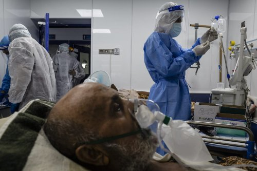 Doctors check on a patient suffering from coronavirus at the Dr. Hassan Haloos hospital on August 31, 2020 in Najaf, Iraq. [Hawre Khalid/Getty Images]