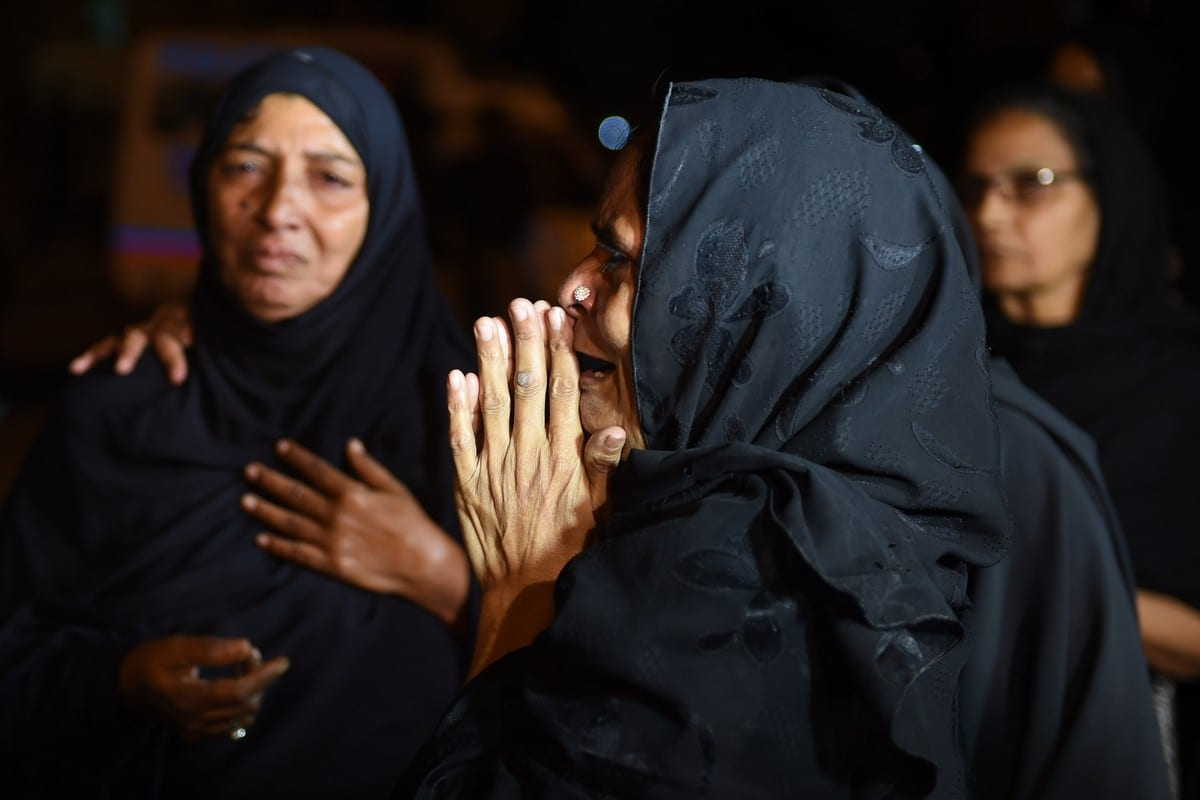 Pakistani Shiite women mourn after an attack on a shia mosque in Karachi, Pakistan on 17 October 2016 [ASIF HASSAN/AFP/Getty Images]